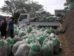 除草作業後のゴミが山のように積み上がっています。\\